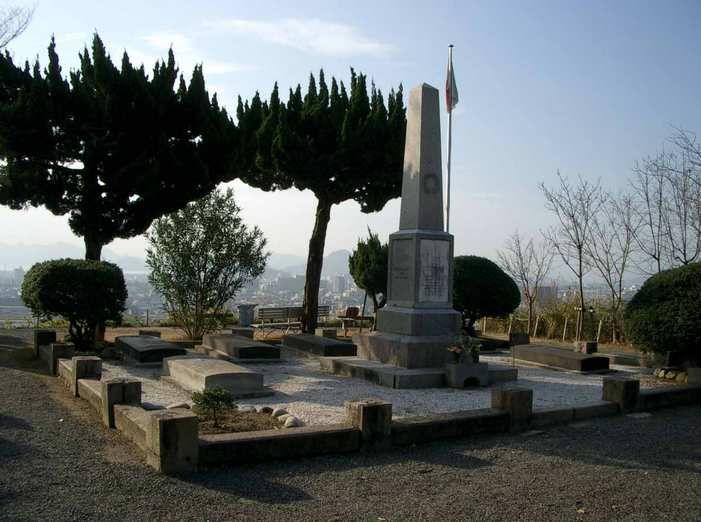 Le monument et les sept tombes.