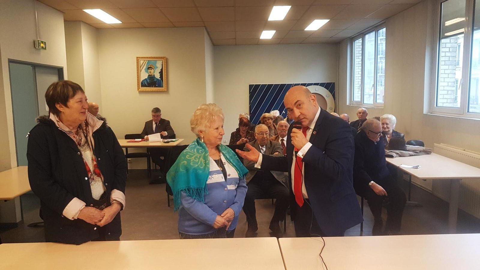 Claude Guy, Délégué général du Souvenir Français pour les Hauts-de-Seine, récompense Nicole Borde et Alsira Cacheda pour leur dévouement à l'occasion de la quête annuelle de notre association.