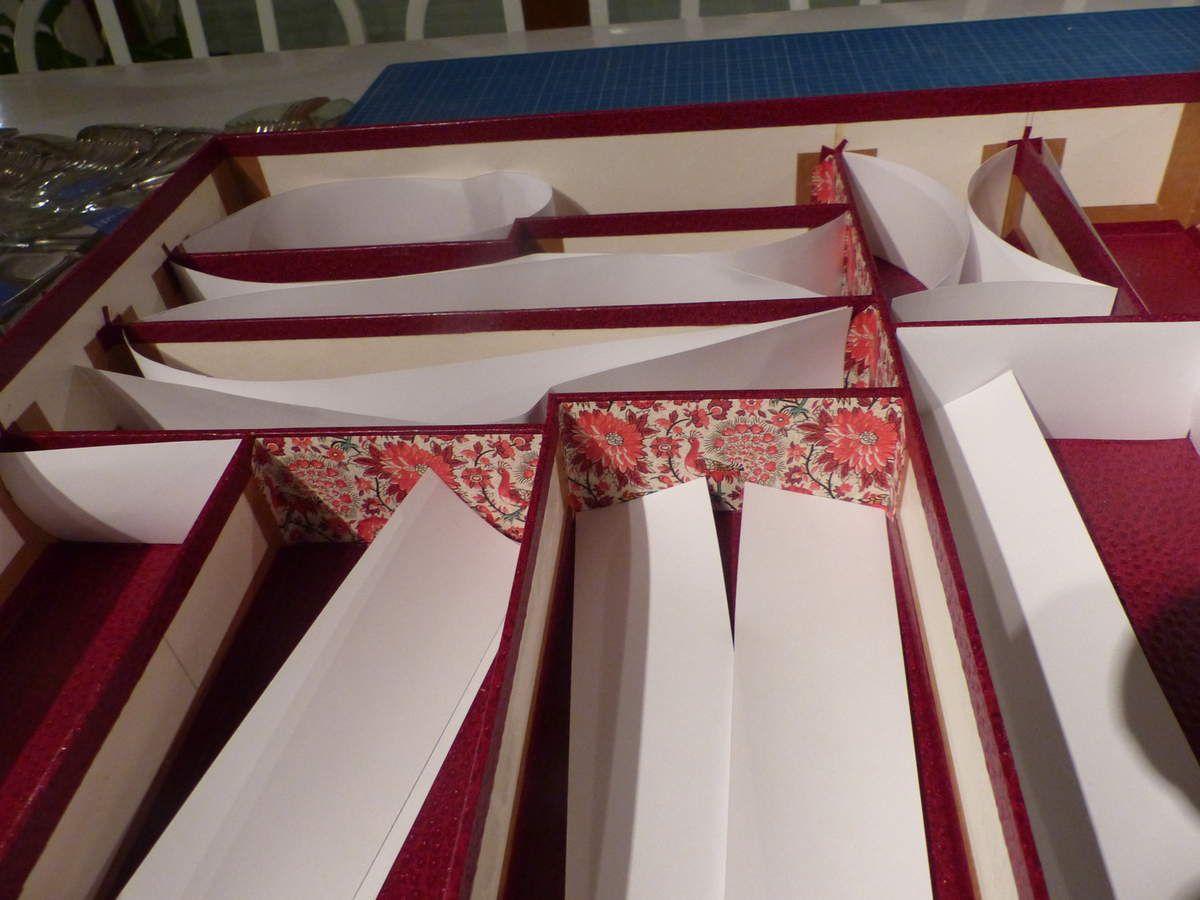 Habillage extérieur, tranches et fonds de casiers enNitrolin, cloisons en papier italien fantaisie, les 2 provenant de l'Eclat de verre.