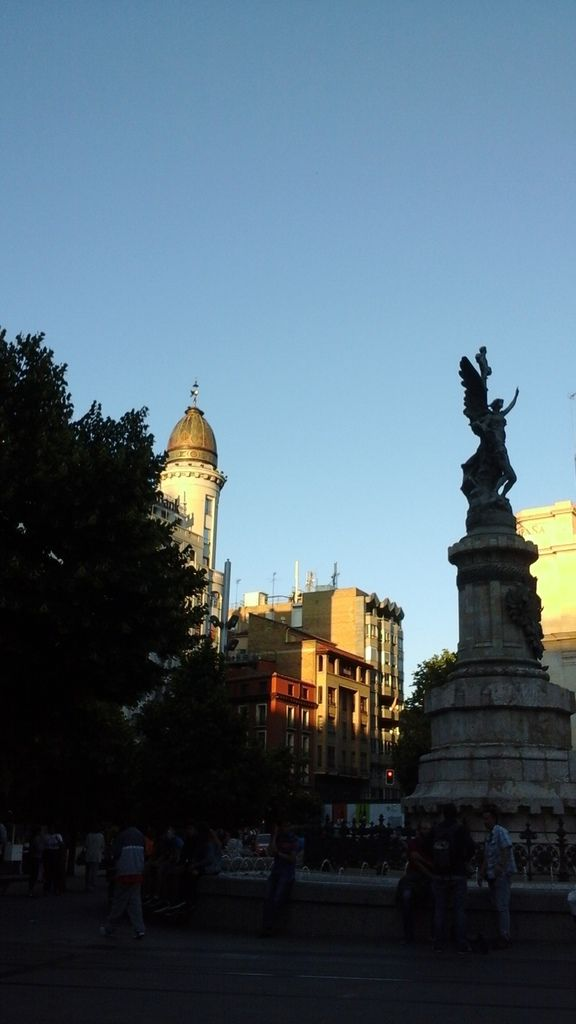 Jolis immeubles, une belle tour chapeautée et le théâtre principal.