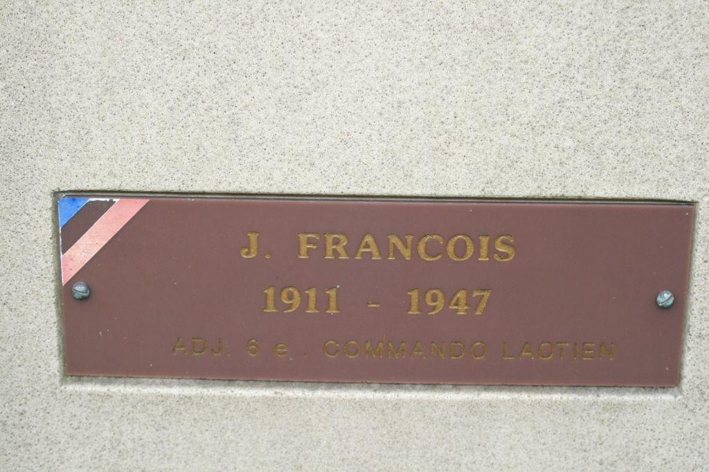 L'adjudant François d'Asnières et les Laotiens.