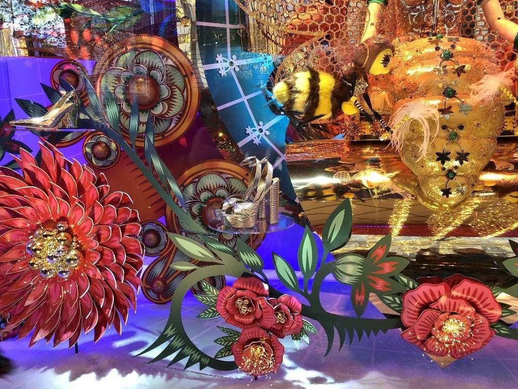 Galeries Lafayette : Vitrines Noel 2019 la reine de la ruche