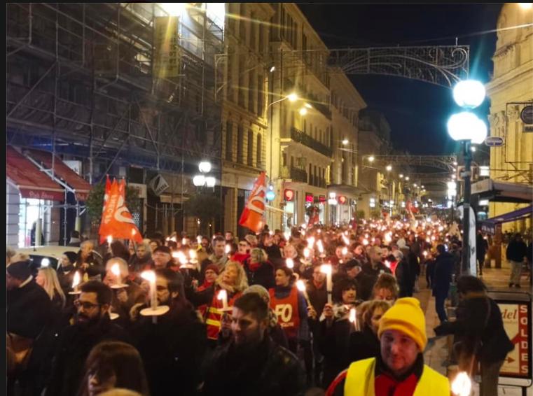 Retraites: défilé au flambeau à Avignon.