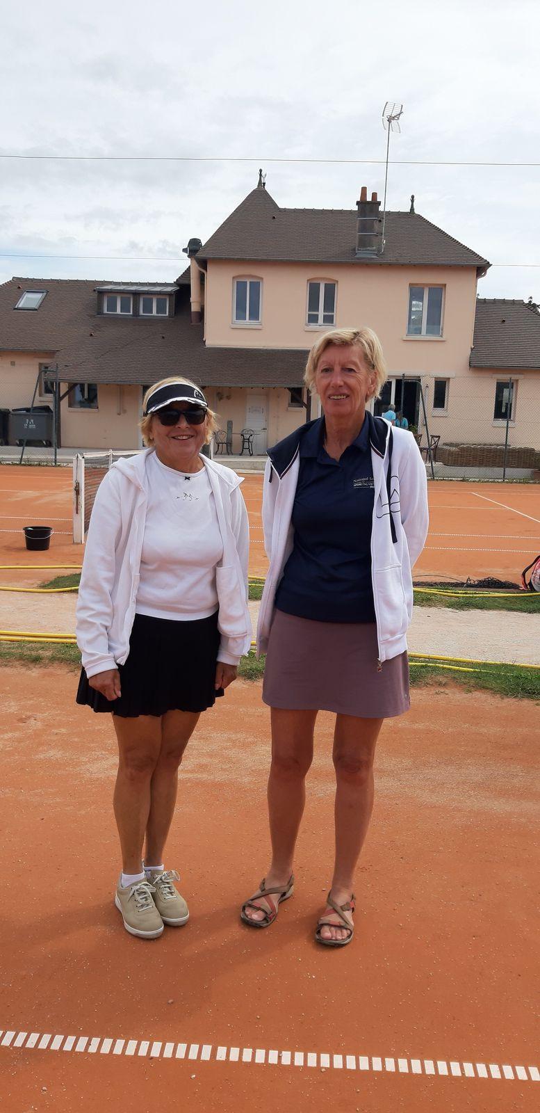Françoise Bondu 30 Liberty Country Club (à droite) vainqueur consolante + 60 contre Simone Kamer 30/2 Cabourg