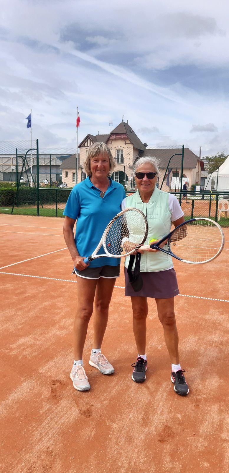 Suzanne Duvauferrier 15/3 St Malo (à droite) vainqueur consolante +55 contre Christiane Collet 15/5 Cabourg