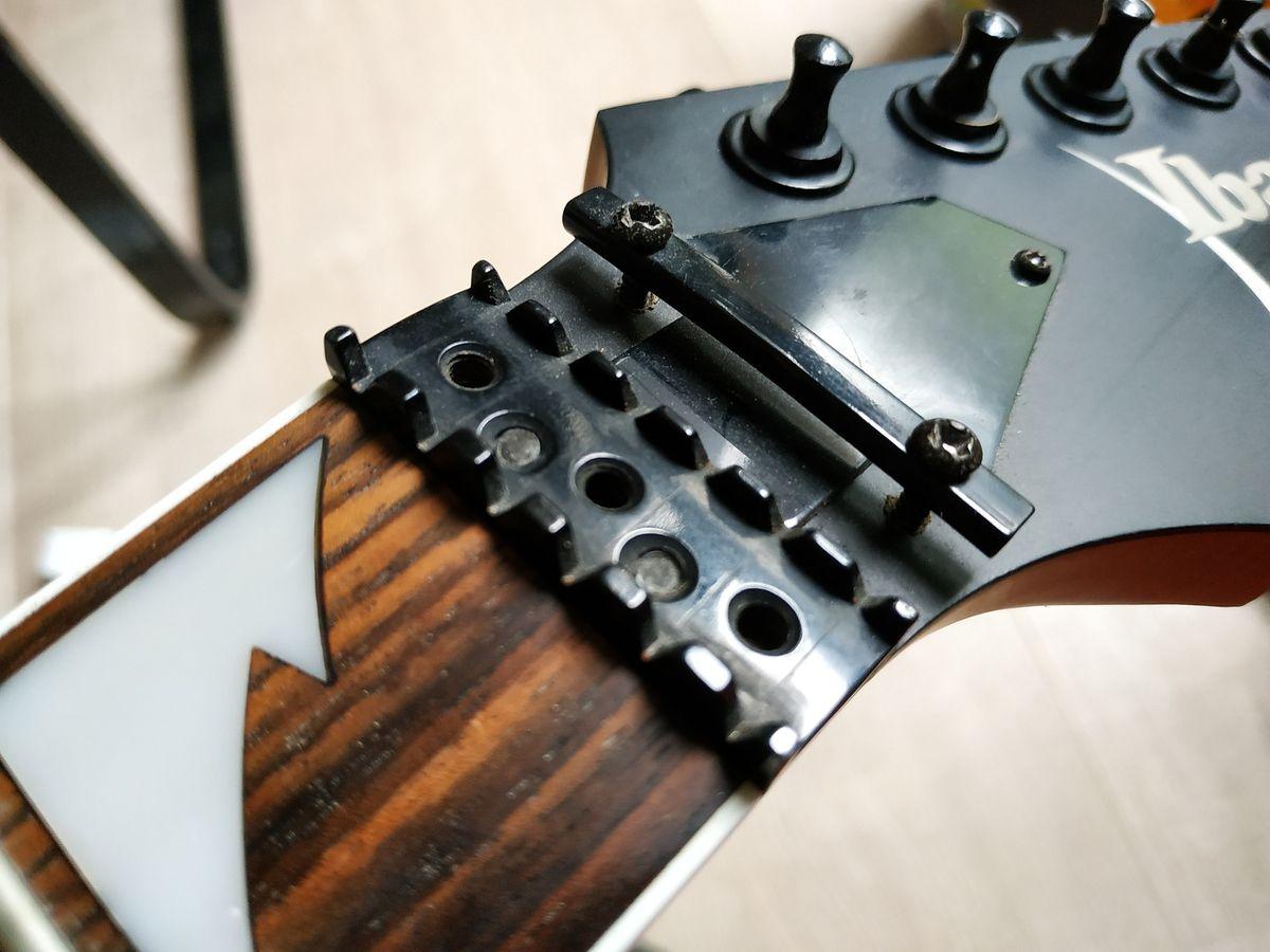 Le sillet de 43 mm. Il manque les carrés de serrage de cordes