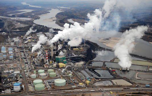 Vue aérienne du site d'extraction des sables bitumineux de la firme pétrolière Suncor, près de Fort McMurray, dans l'Alberta (Canada), en 2009. MARK RALSTON / AFP