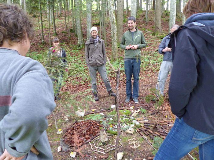 Lors d'un «WE en écologies» dans le Jura suisse, des exercices d'écopsychologie pratique étaient proposés.