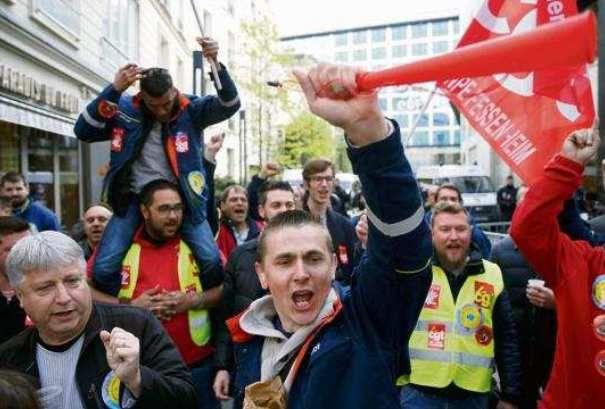 Des salariés de la centrale de Fessenheim (Haut-Rhin) rassemblés devant le siège parisien d'EDF le 6 avril - GONZALO FUENTES/REUTERS