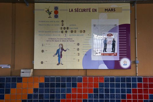 Réacteur nucléaire de Creys-Malville, en démantèlement, le 24 mars. Le panneau de sécurité que l'on retrouve à l'entrée de toutes les usines, dont les centrales électriques. ANTONIN LAINE / DIVERGENCE POUR LE MONDE