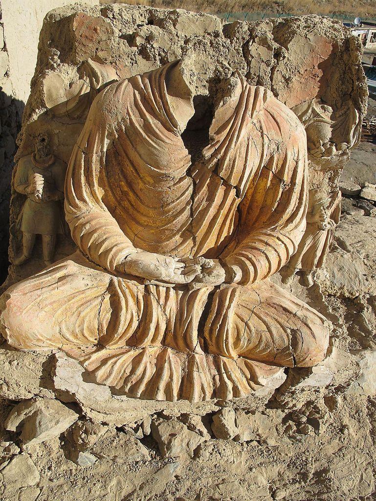 Un des bouddhas à la robe au drapé doré à la feuille. ICONEM/MINISTÈRE AFGHAN DES MINES, DAFA