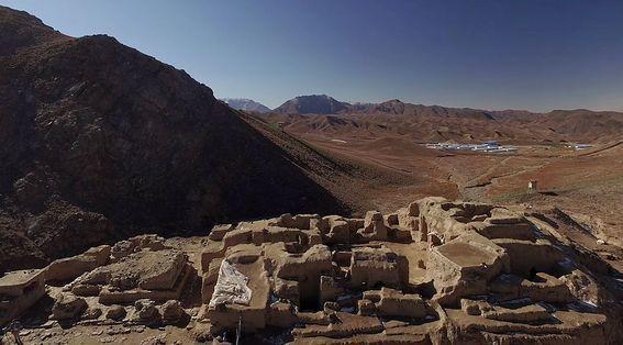 Vue du site de Mes Aynak, perché à 2 500 m, à 40 km au sud de Kaboul. Au premier plan, le monastère de Kefiriat Tepe