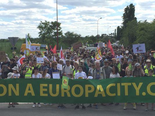 À Gonesse (Val-d'Oise), dimanche 21 mai 2017, un millier de manifestants protestent contre le projet Europa City, visant à implanter un méga centre commercial et des activités de loisirs dans le triangle de Gonesse. Photo : R. Bx.