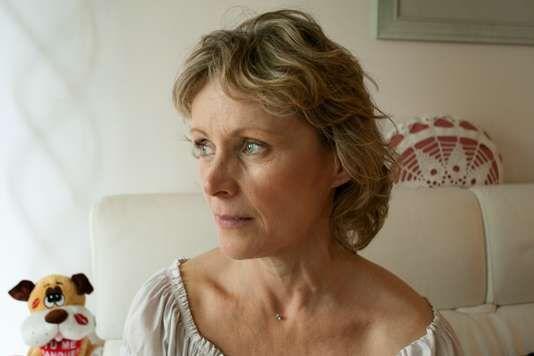 Clothilde Nonnez, chez elle à Paris le 2 juin. Elle souffre de problèmes respiratoires qui s'accentuent à chaque pic de pollution. AGNES DHERBEYS POUR LE MONDE