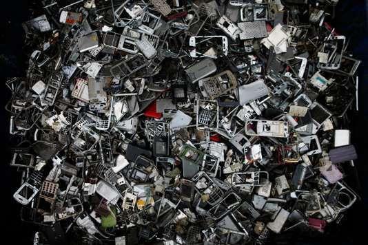 Dans un centre de traitement des déchets électroniques, au Havre. CHARLY TRIBALLEAU / AFP