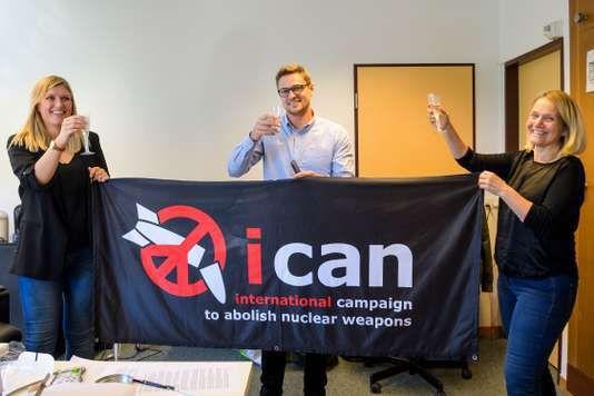 Les dirigeants de l'ICAN Beatrice Fihn,Daniel Hogstaet Grethe Ostern au siège de leur coalition à Genève le 6 octobre. MARTIAL TREZZINI/ AP