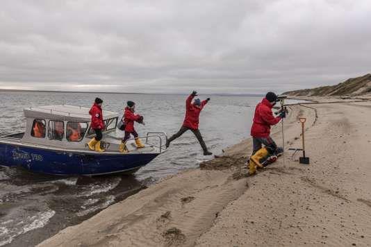 Depuis 1998, des chercheurs allemands se relaient chaque année dans le delta de la Léna pour étudier les sols gelés. PAOLO VERZONE / AGENCE VU POUR LE MONDE