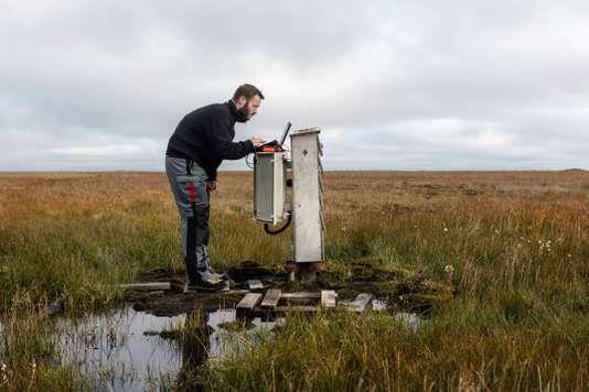 Sur une des îles du delta de la Léna, ce forage, qui descend à 100 mètres de profondeur, permet d'étudier l'évolution des températures des sols gelés. PAOLO VERZONE / AGENCE VU POUR LE MONDE