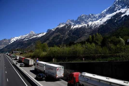 Camions en route pour l'Italie, à Chamonix, le 14 avril. JEAN-PIERRE CLATOT / AFP