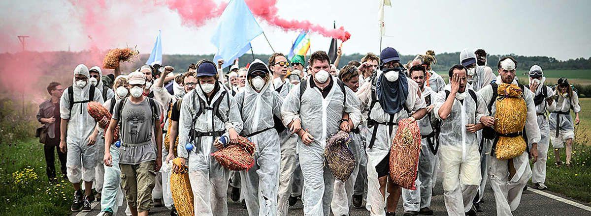 Les militants d'Ende Gelände lors d'une action contre des mines de charbon dans le bassin du Rhin, en Allemagne le 26 août 2017.