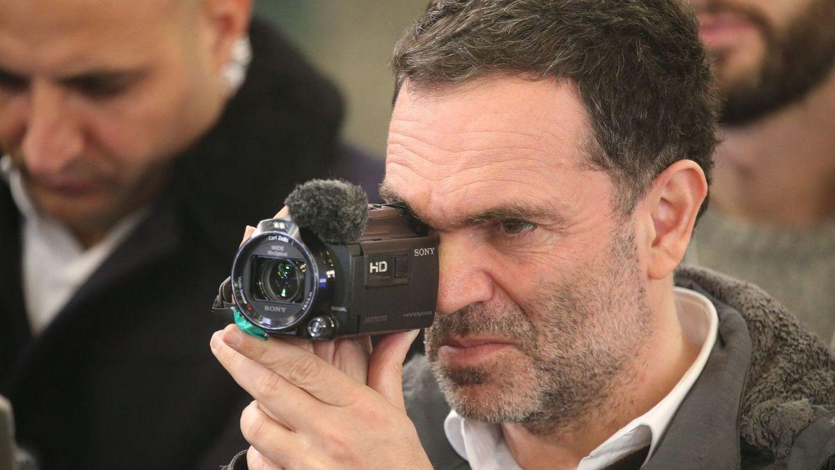 Yann Moix à Calais filme le sort des migrants.  PHOTOPQR/VOIX DU NORD/MAXPPP