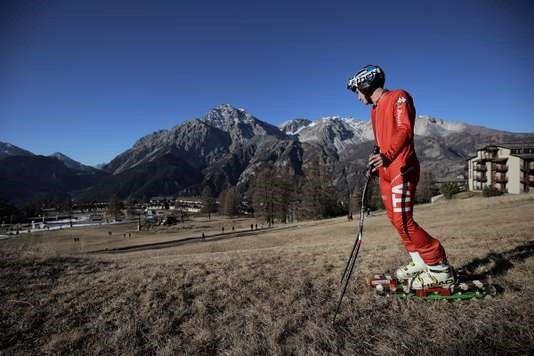 Un skieur dans la station de sports d'hiver de San Sicario, dans les Alpes italiennes, le 30 décembre 2015. MARCO BERTORELLO / AFP