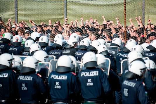 Une nouvelle unité de police de patrouille frontalière appelée Puma ainsi que des artistes «étrangers» participent à l'exercice «ProBorders» au poste frontière de Spielfeld en Autriche le 26 juin. Plusieurs centaines de policiers et de soldats autrichiens ont simulé une frontière, un exercice de contrôle au point de passage avec la Slovénie par lequel des milliers de migrants avaient transité en 2015, une initiative de Vienne qui défend un durcissement de la politique migratoire européenne. RENE GOMOLJ / AFP