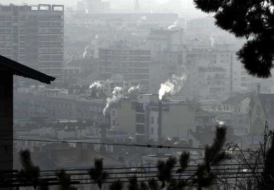 Pollution de l'air à Lyon, en janvier 2017. PHILIPPE DESMAZES / AFP