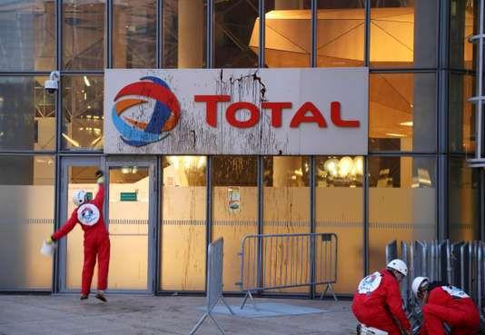 Action par l'ONG Greenpeace contre un projet d'extraction pétrolière au Brésil, au siège de Total, à Paris, en mars 2017. JACQUES DEMARTHON / AFP