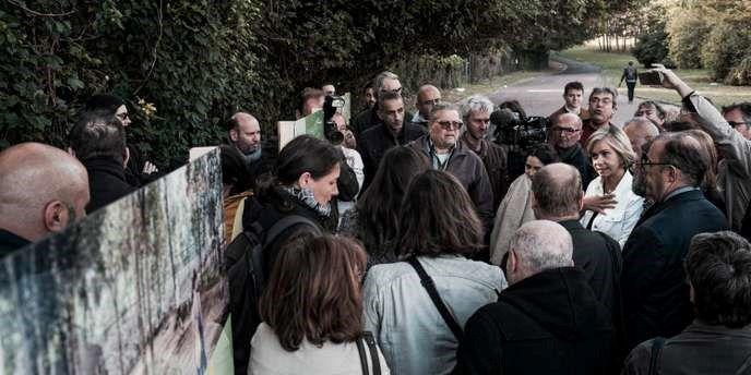 Le 29 septembre 2018, Valérie Pécresse (en blanc, à droite) se rend sur le site pour défendre le projet d'aménagement comme étant une « promenade écologique » .  L'entrée dans la forêt est désormais interdite sous peine d'amende. JULIEN DANIEL / M.Y.O.P