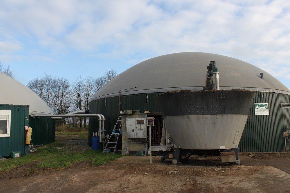 La cuve déverse chaque jour 16 tonnes de substrat à l'intérieur du dôme.