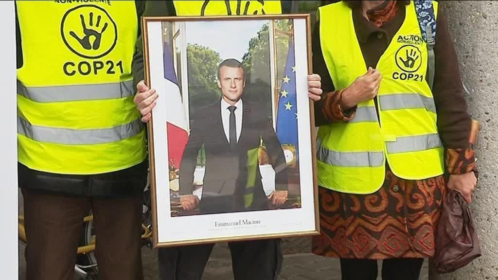 Le portrait du président Emmanuel Macron dérobé ce mercredi 3 avril 2019 à la mairie de Poisat. / © Xavier Schmitt / France 3 Alpes