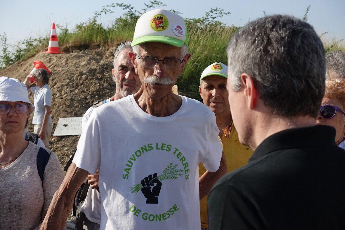 Bernard Loup, président du Collectif pour le triangle de Gonesse (CPTG), et le commissaire de police de Gonesse