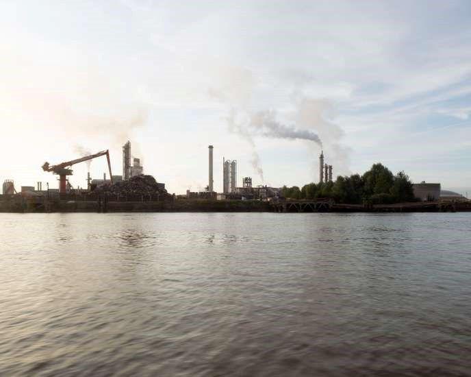 """« 49° 26' 11.8"""" N 0° 10' 47.2"""" E Seine ». Ce diptyque, issu du travail « L'Europe en plastiques », montre des échantillons de plastique collectés sur les berges de la Seine, en aval de Rouen. SAMUEL BOLLENDORFF"""