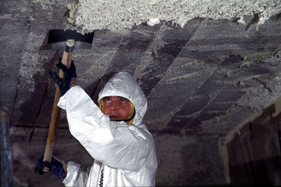 Opération de désamiantage dans une école à Nantes en 1996. Reuters