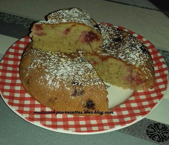 Gâteau fraises et baies roses au multicuiseur