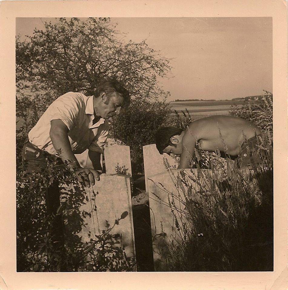 Picardie. Contay. Cimetière anglais. Laveurs de stèles. 1969. © Marie-Christine Crimon
