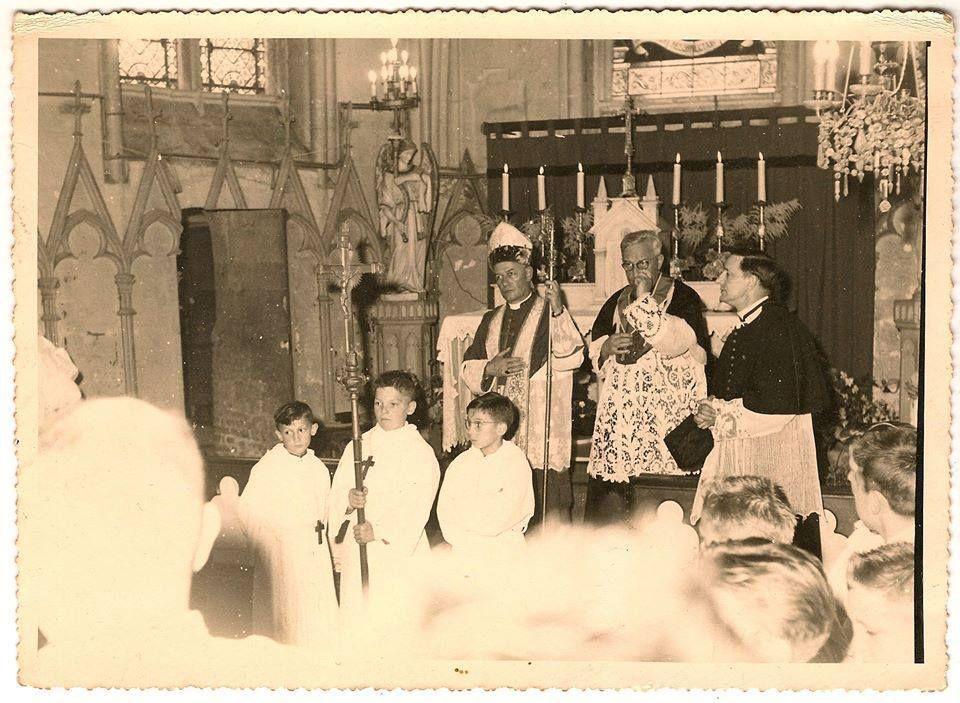 Eglise de Contay. Enfant de choeur. 1957. © DR