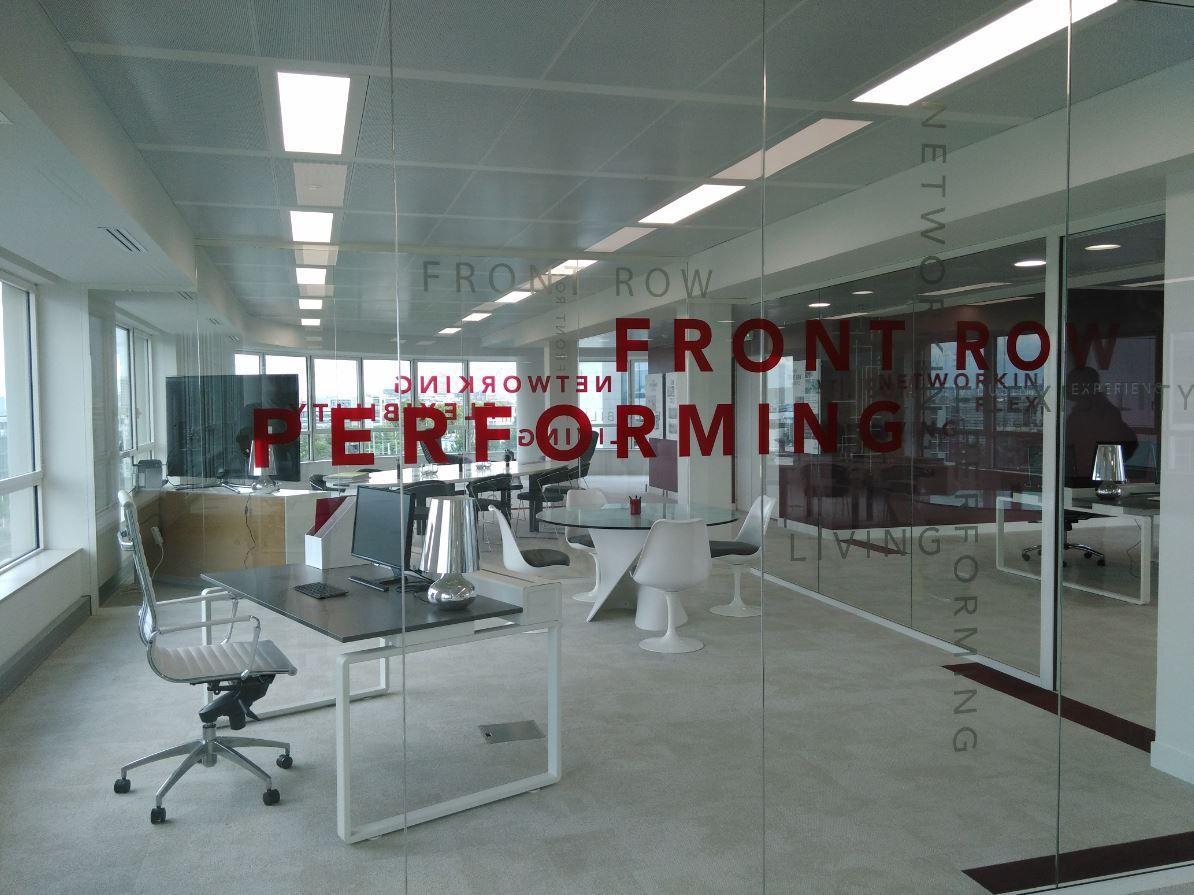 Habillage mur de bureau, cloison des espaces de travail. Décoration de cloison de bureau.