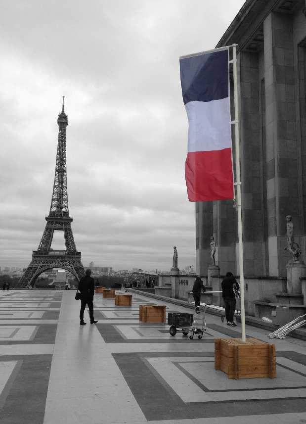 drapeau sur mat avec plot de lestage beton
