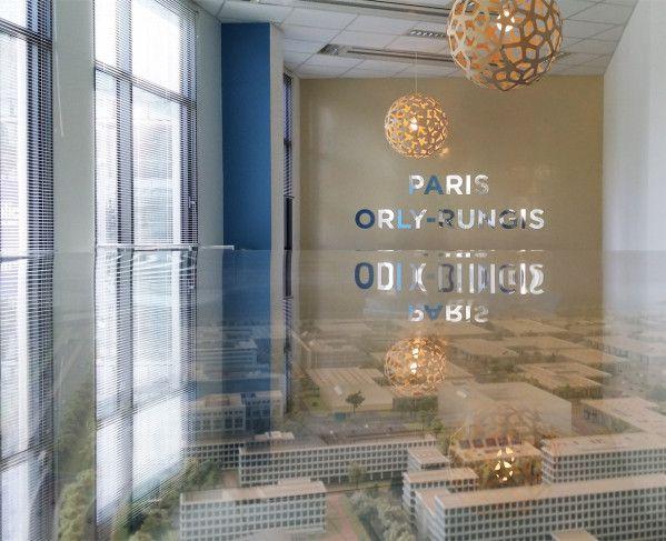 Signalétique et aménagement décoratif des bureaux. hors norme média se charge de l'ensemble de votre habillage et signalétique de votre espaces de vente.