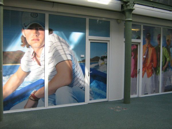 impression pose adhesif micro perforé sur vitrine. One way vision