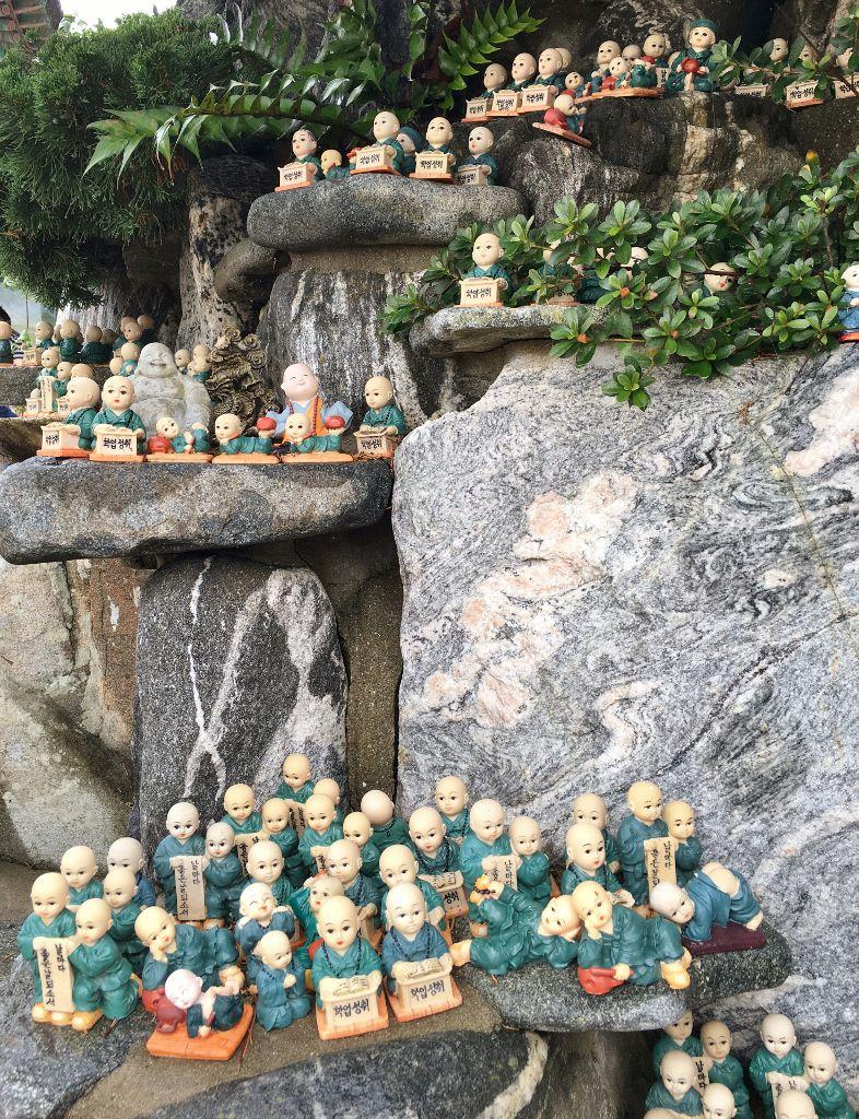 Les bouddhas et ses sujets au Temple Haedong Yonggungsa Busan Corée Sud