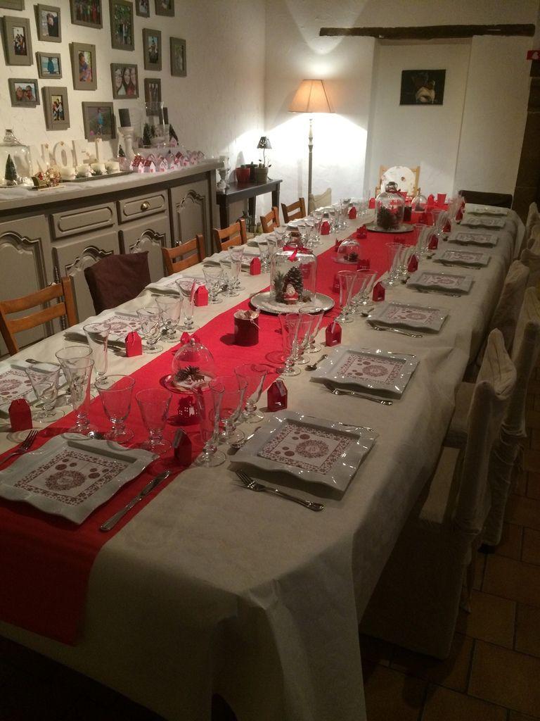 Vue d'ensemble de la grande table familiale.