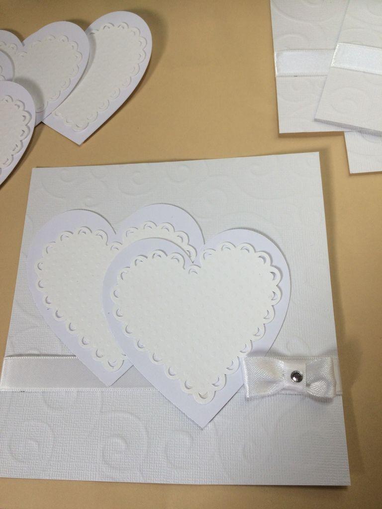 Les deux coeurs ont été posés en décallés et superposés. Sur celui de droite, les chiffres 60 découpés dans un papier pailleté.