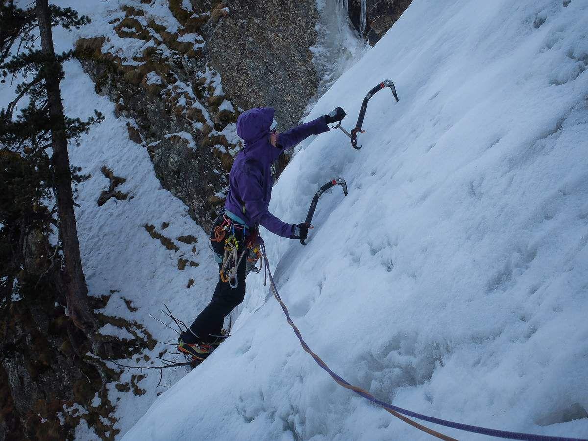 Sarah dans Antarès en Valsavaranche et traversée délicate de la cloche.