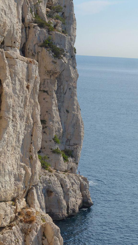 Là-bas au dessus de la mer une cordée dans la traversée Sans Retour. Seb attaque les rappels, nous devons rejoindre cette crique. Belle ambiance pour Mélissa néophyte à ce jeu là
