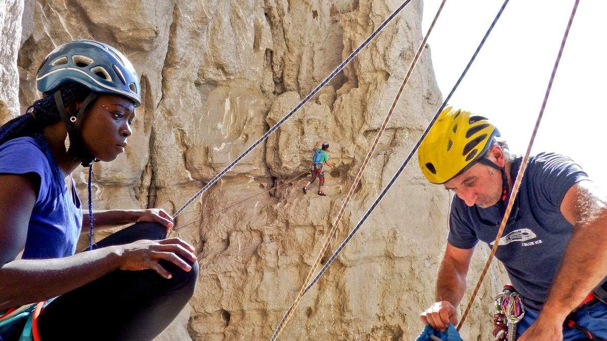 Après une pose casse-croûte, Sébastien part dans le début de la Sans Retour  et passe le pilier.