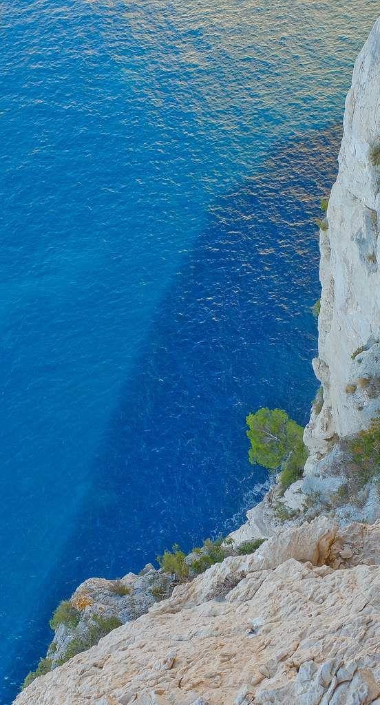 Belle vue sur la calanque de l'Oule et ses eaux turquoises.