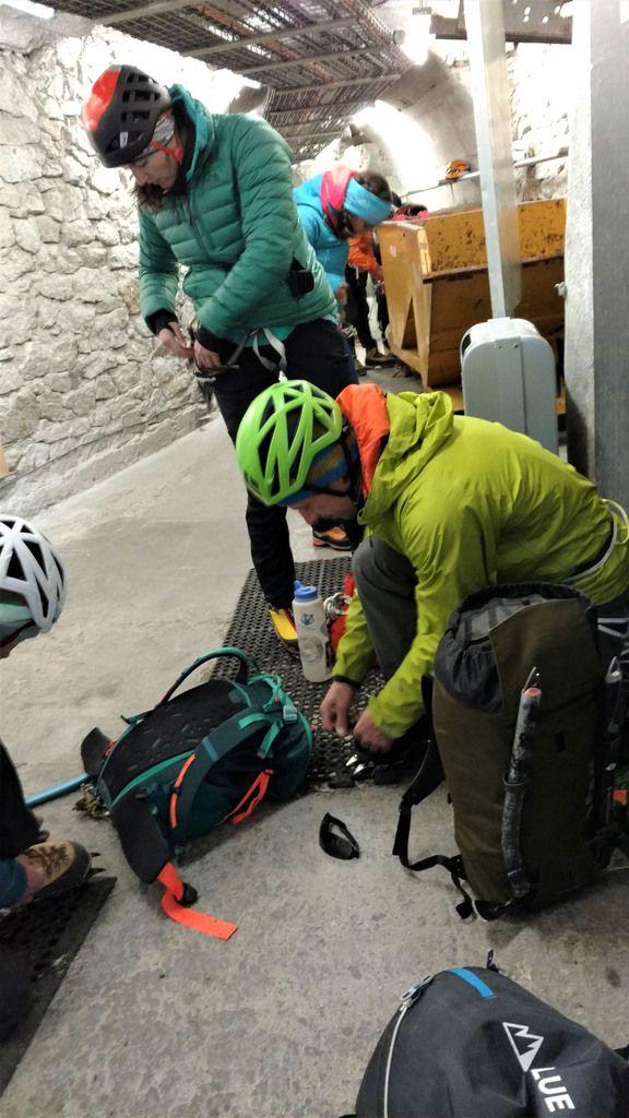 Préparations dans les couloirs de l'Aiguille du Midi.